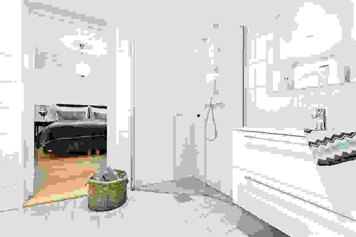 Begge rommene har flislagte vegger og flislagte gulv med elektrisk gulvvarme