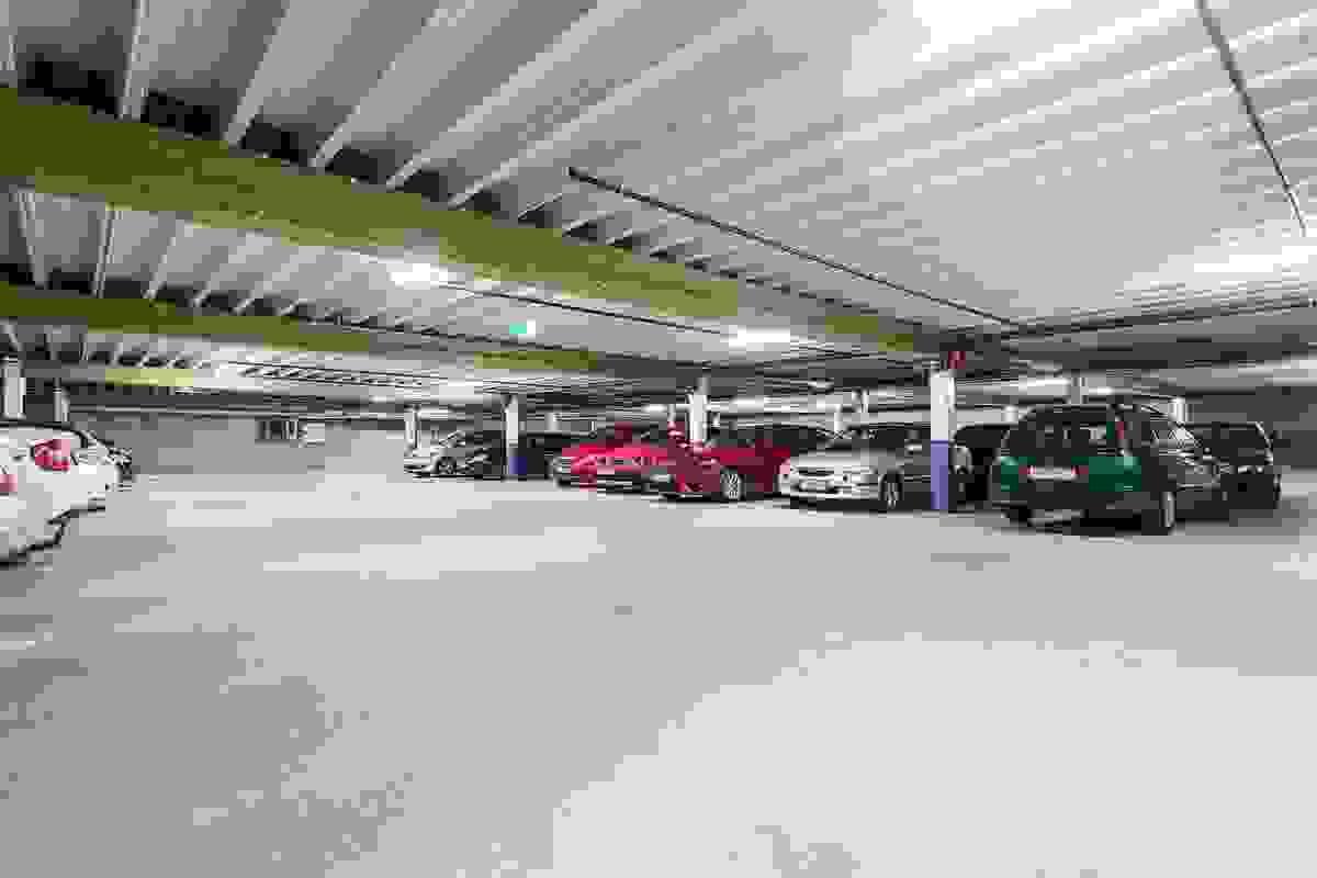 Byggets parkeringskjeller har heis opp til leiligheten