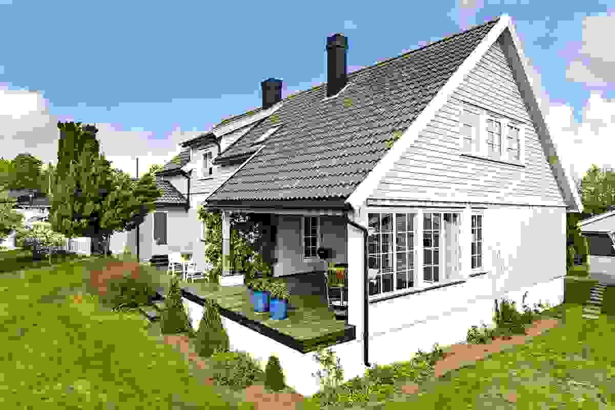 På sydvestsiden av hagen finner du solrike terrasser og stor hageplen