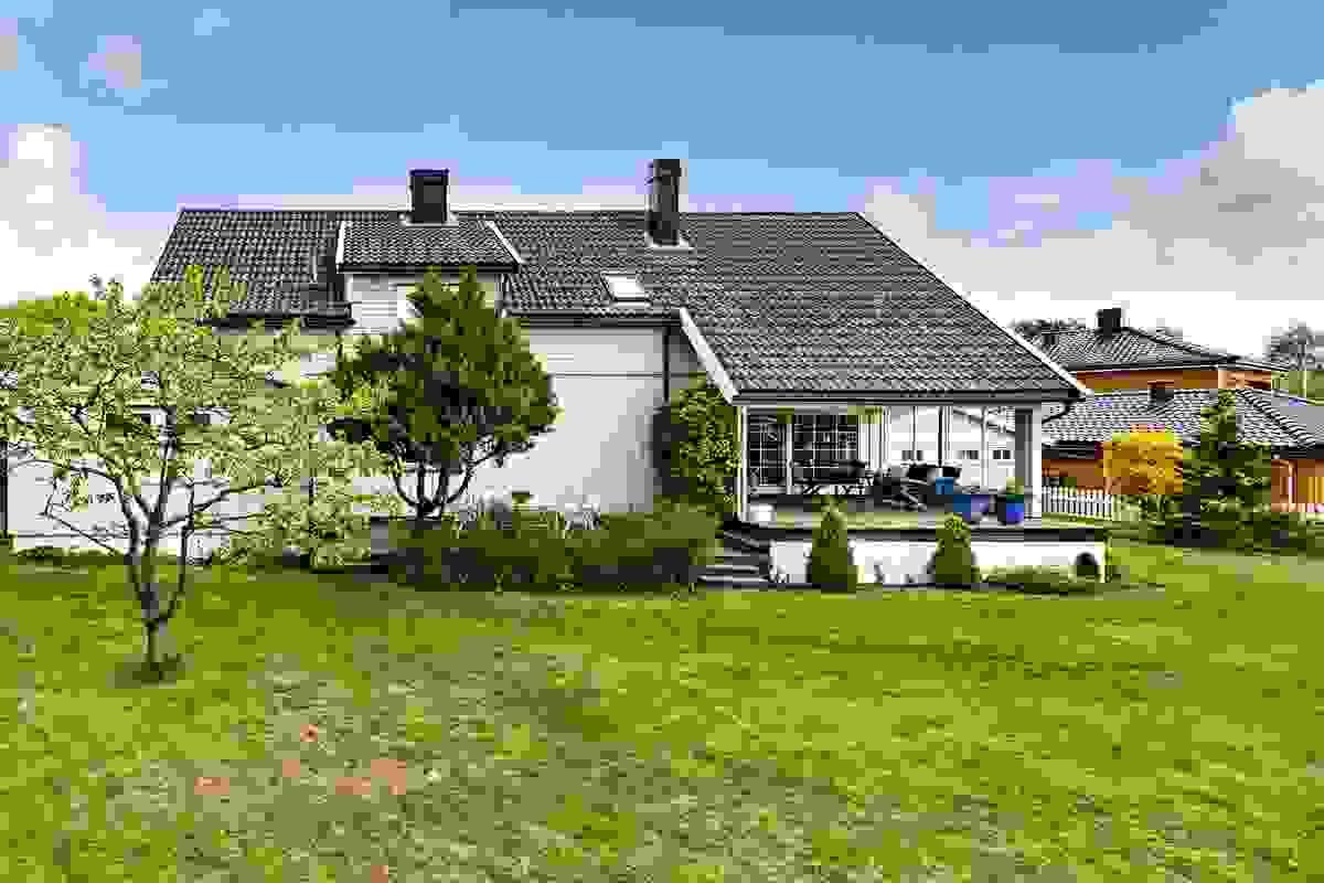 Meget solrik, nøye planlagt og pent opparbeidet hageanlegg med massevis av boltreplass for store og små