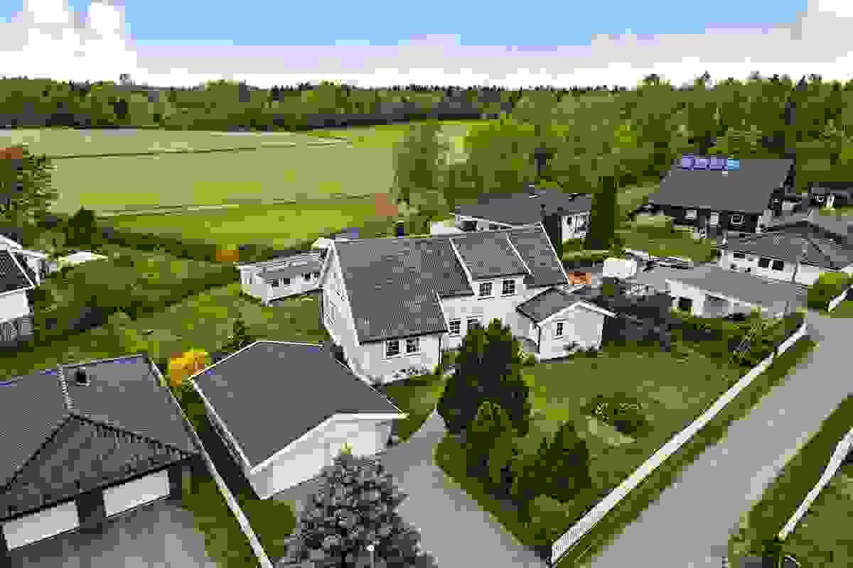 Husets plassering på tomten gir et åpent og solrikt hageuterom mot vest som oppleves svært solrikt, privat og ikke minst romslig