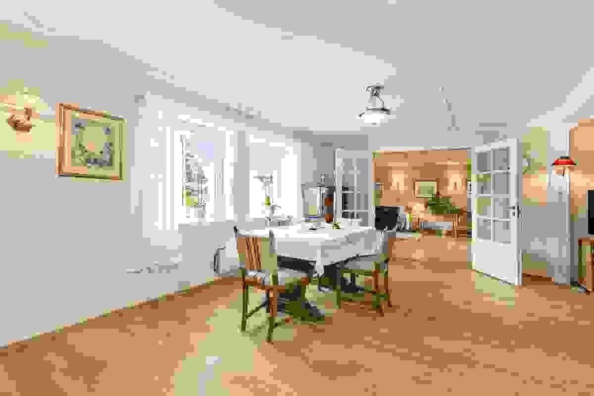 Et av husets herlige særpreg er det romslige, lyse og koselige stuearrangementet i 1. etasje