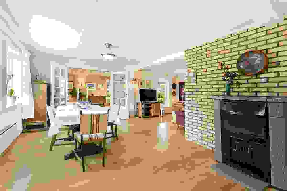 Stuene er åpne med massevis av plass for sofa-/sittegrupper, spisestue og TV-stue