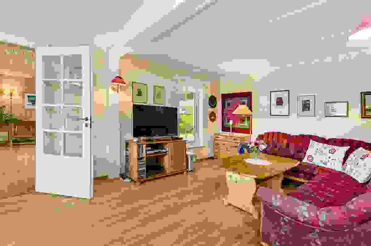 Stuene er adskilt med dobbel glassdør, og det store arealet gjør at man kan samle til store venne-/familieselskap