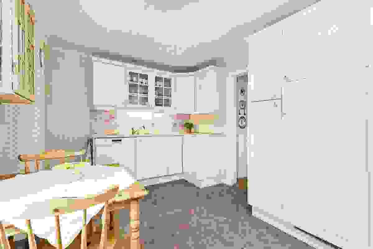 Kjøkkenet er et stort og lyst rom, og ligger med enkel adkomst fra stuen