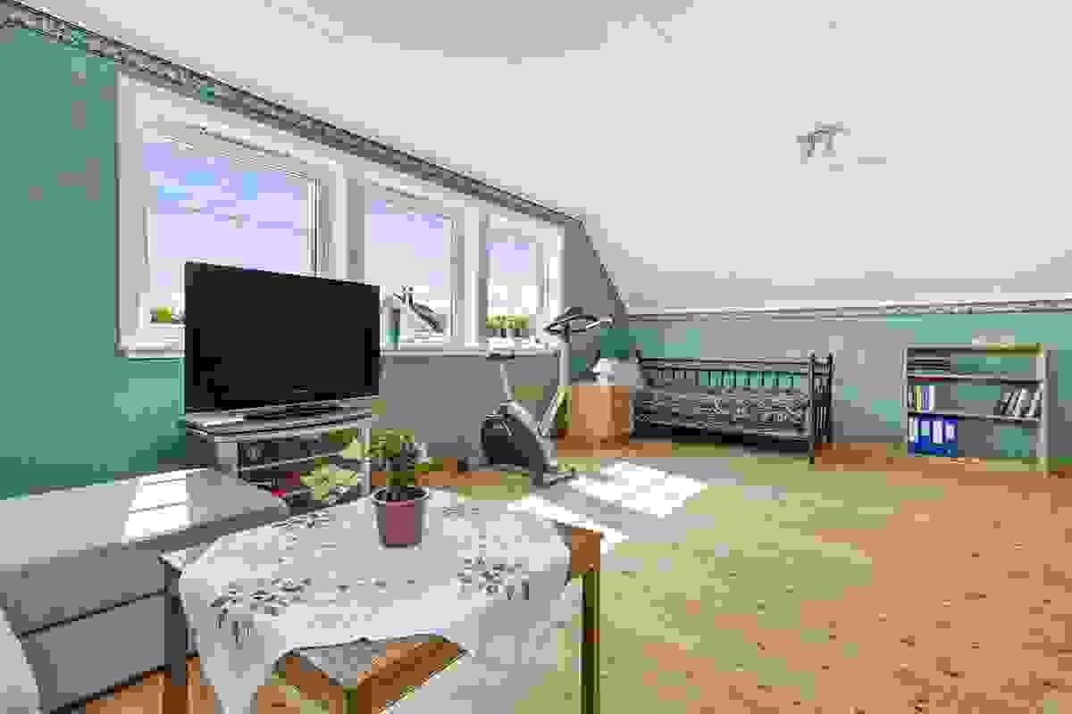 Denne stuen kan dekke mange behov enten som arbeidsrom/stort ekstra soverom, TV-stue eller husets aktivitetsrom