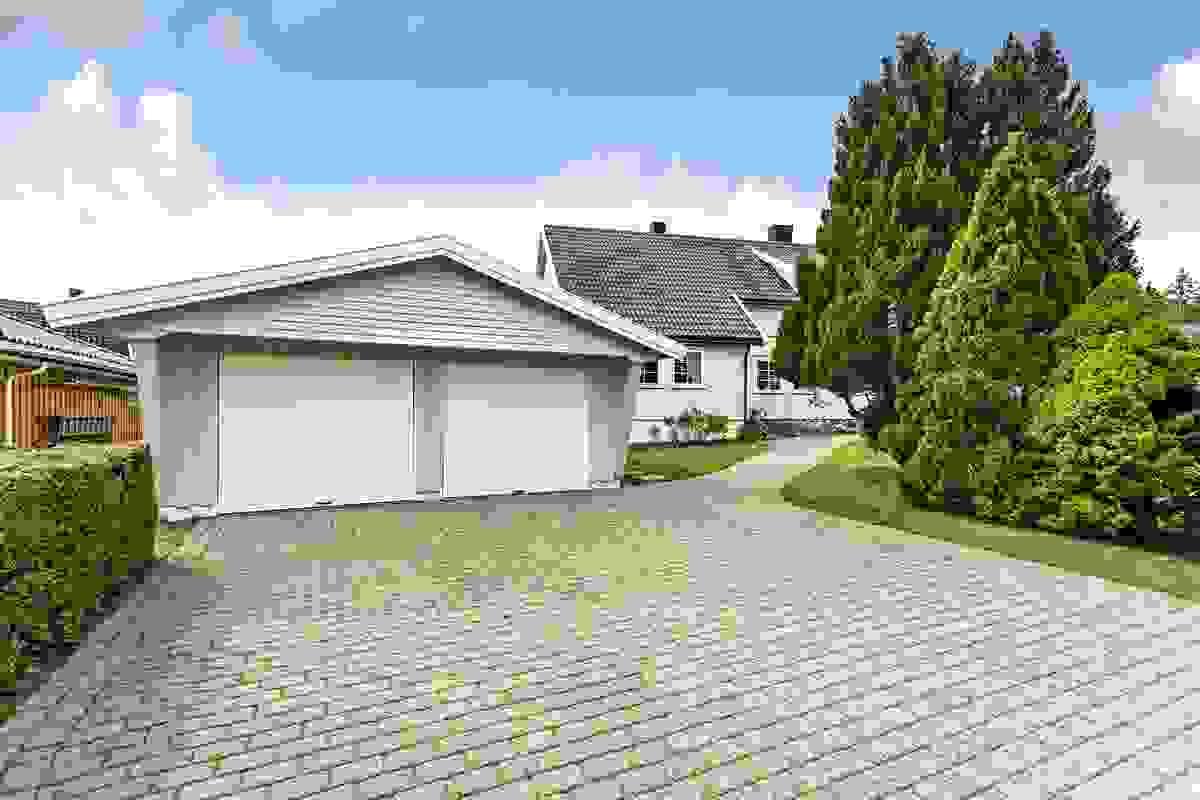 egningsstein anlagt i 1990 ved innkjørsel/gårdsplass og ved husets inngangsparti gjør det enkelt å holde adkomstpartier rene