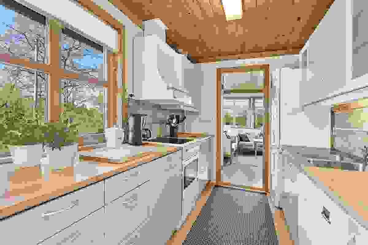 Kjøkken med god skap- og benkeplass