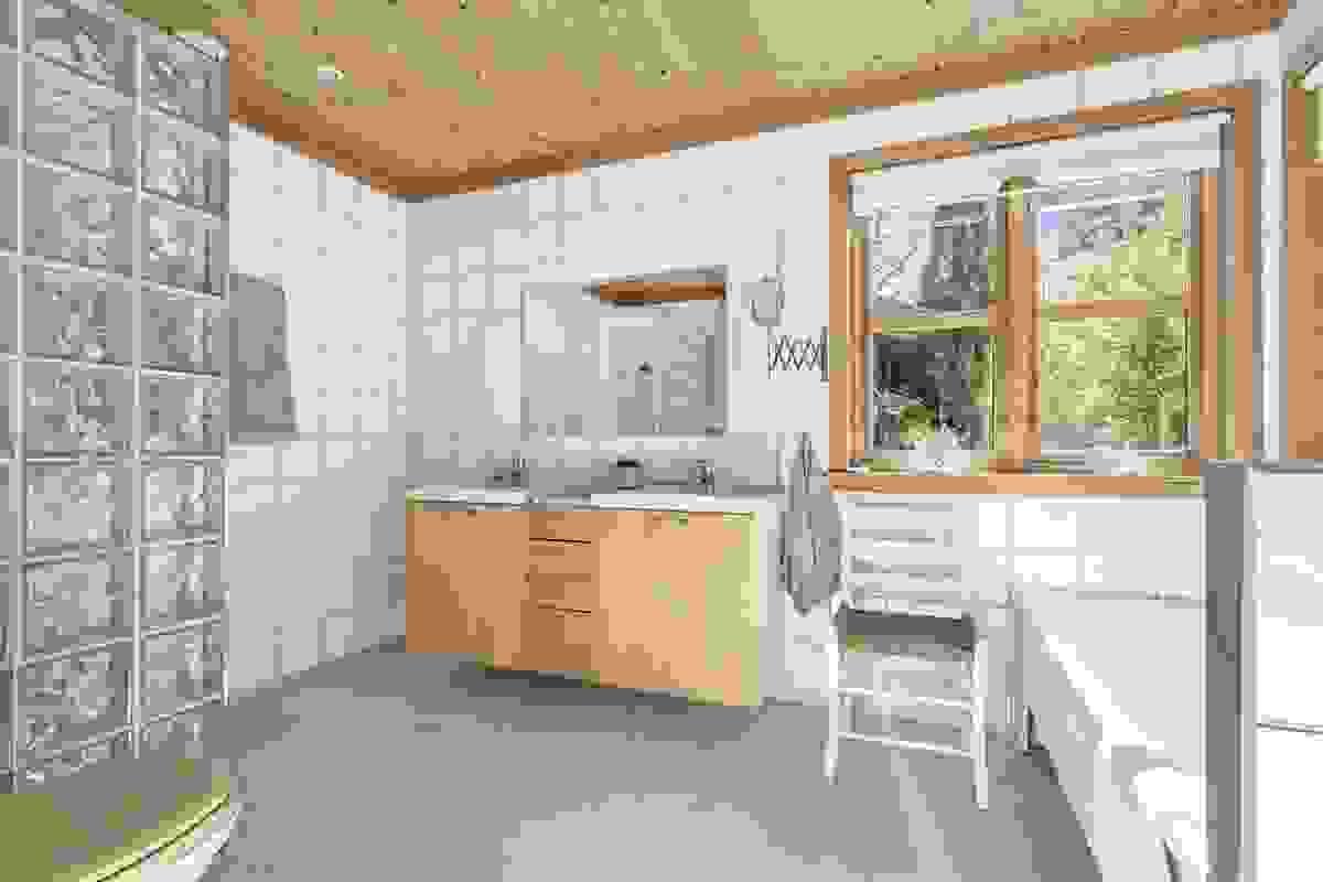 Stort bad med plass til dusjhjørne, badekar og opplegg til vaskemaskin