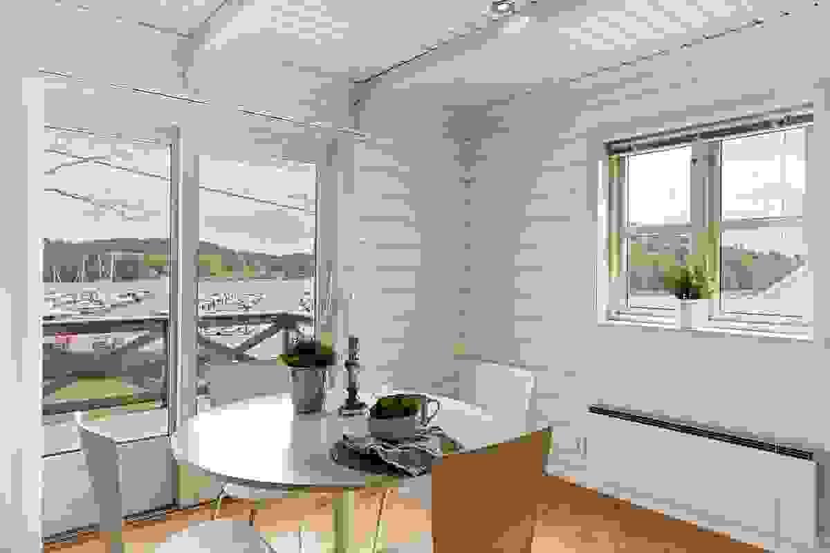 Fra kjøkkenet er det adkomst til terrassen og fri utsikt mot sjøen