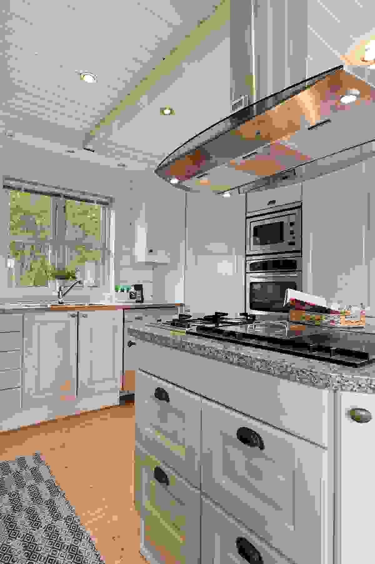 Kjøkkenøy med koketopp og gasstopp med grill