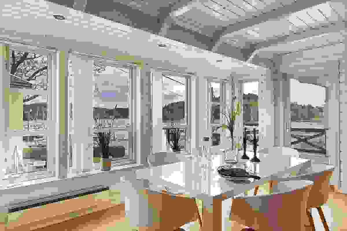 De store vindusflatene i stuen gir rikelig med naturlig lys og god utsikt