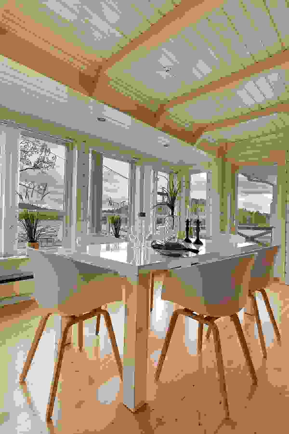 Ved vinduene i stuen er det plass til en spisestue