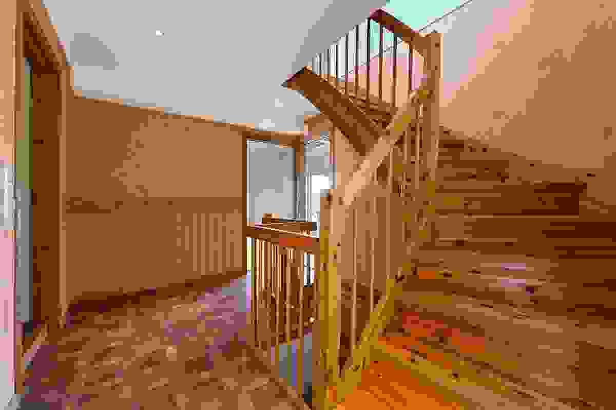 Hall med trapp opp til 2. etasje og trapp ned til kjeller