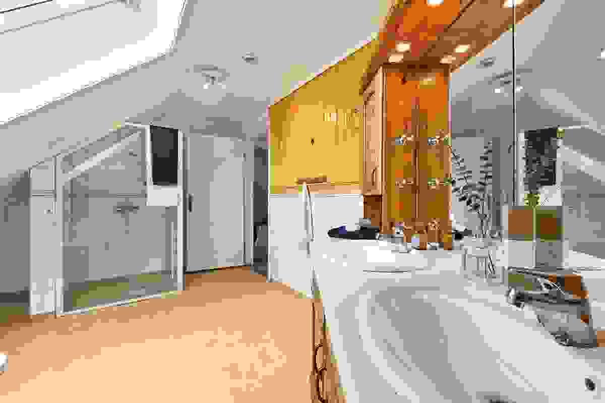 Badet i 2. etasje inneholder også dusjnisje