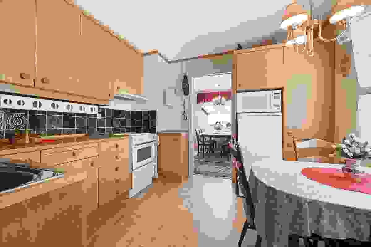 Kjøkken med plass til lite spisebord