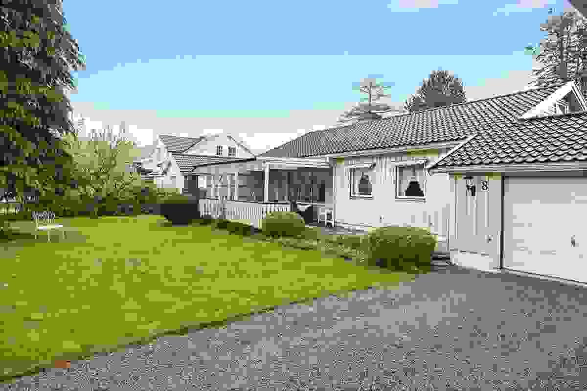 Stor terrasse med takoverbygg