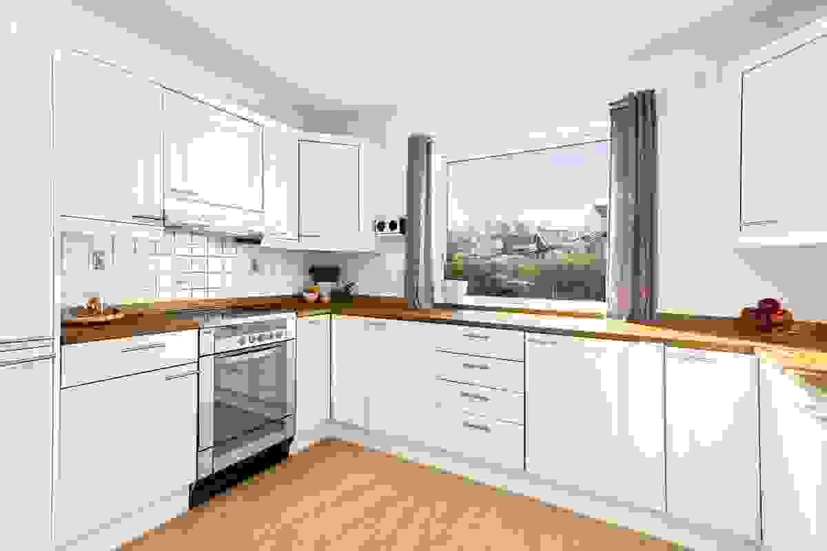 Kjøkkenet har godt med skap og benkplass