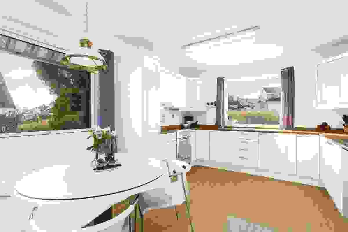 Kjøkkenet er i en U-løsning