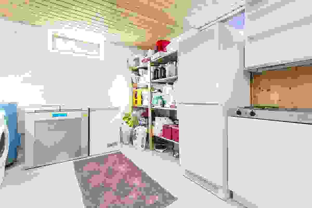Disponibelt rom med hybelkjøkken i kjelleren