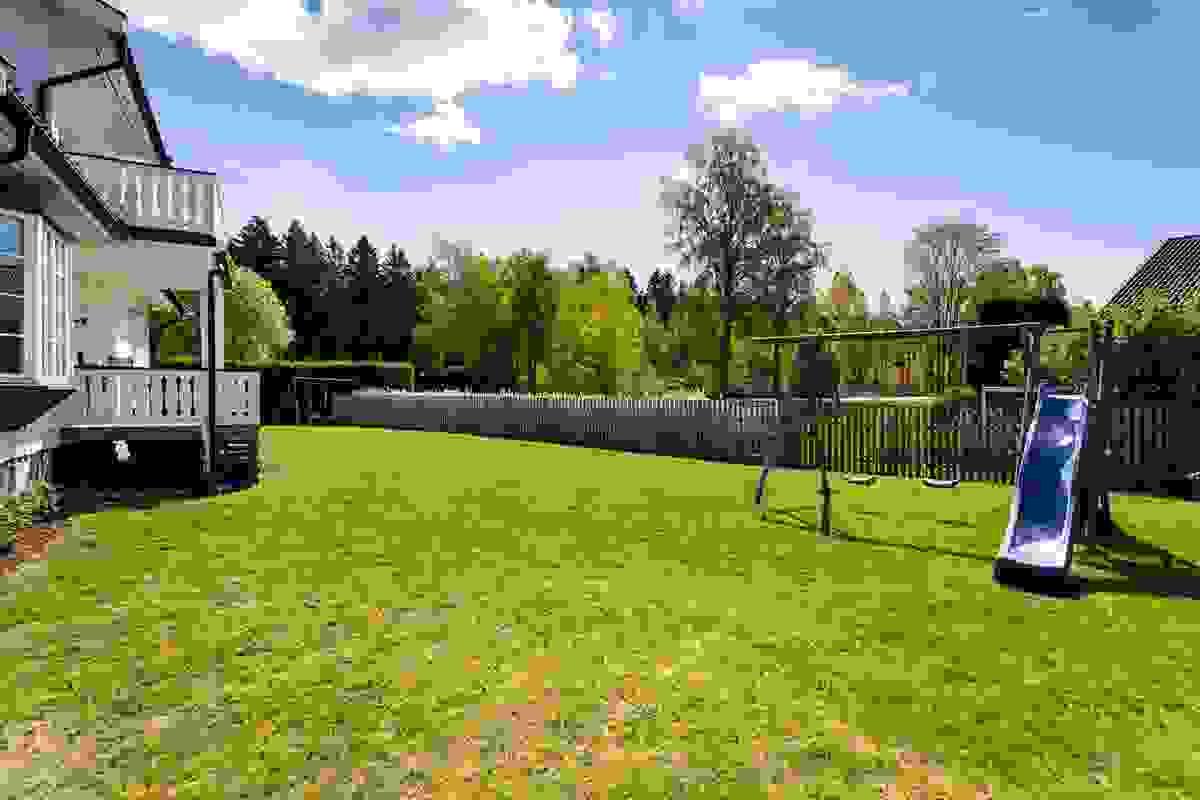 Hagen og terrassen innbyr til alt fra alt til lek og moro for barn til store familie-/venneselskap