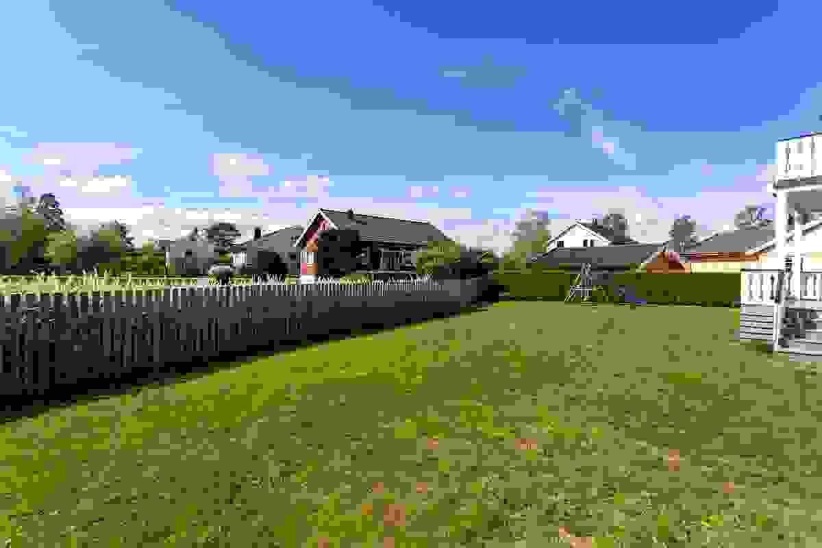 Husets plassering gir en åpen, solrik sør- og vestvendt tumleplass