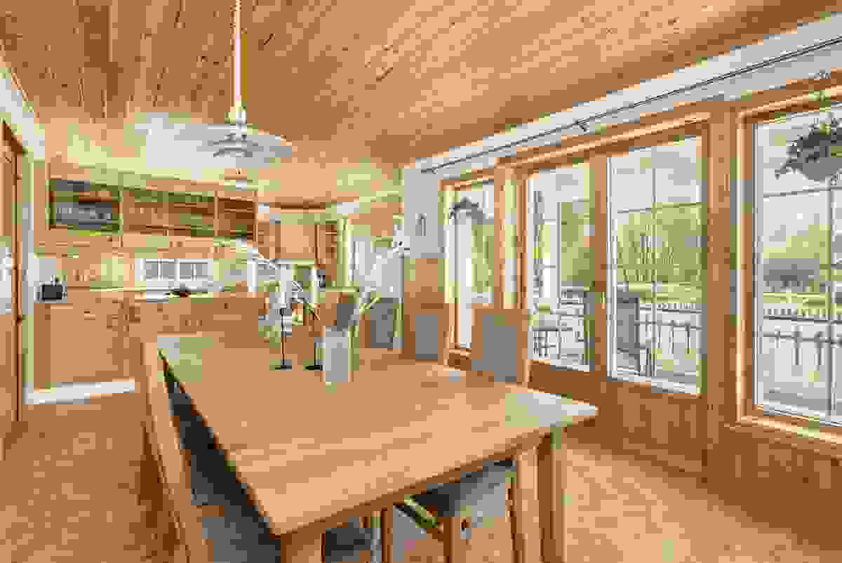 Kjøkken og spisestue med dobbelfløyet balkongdør til terrasse og hage