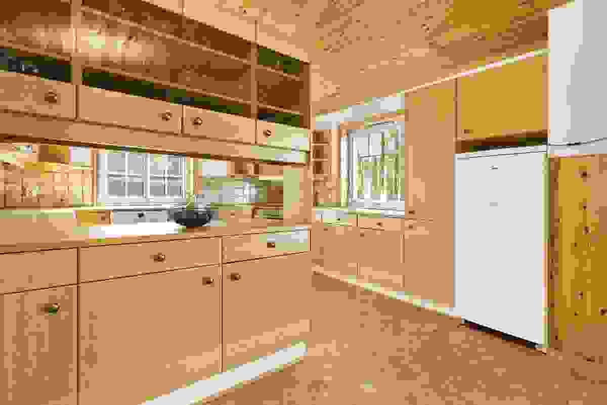Kjøkkeninnredningen fra Huseby har heltre eikedører