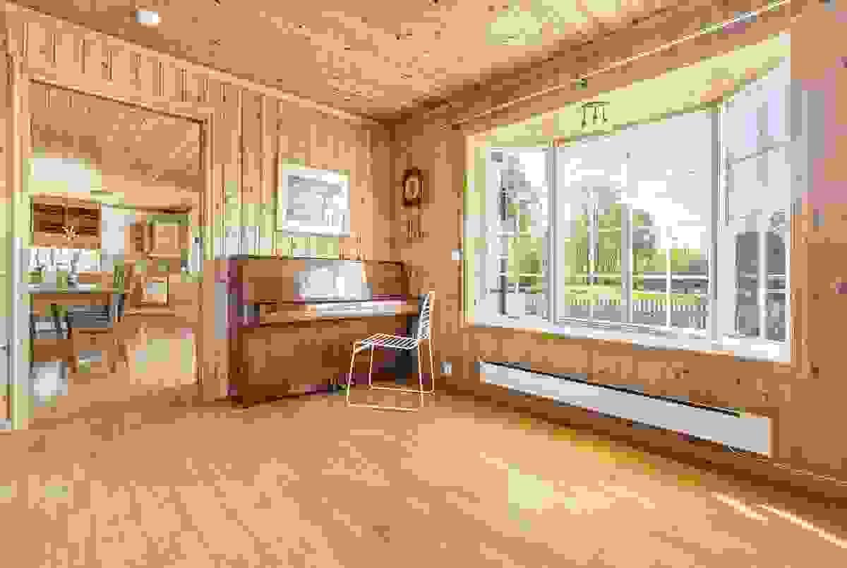 Bred skyvedør mellom stuen og spisestuen m/kjøkken