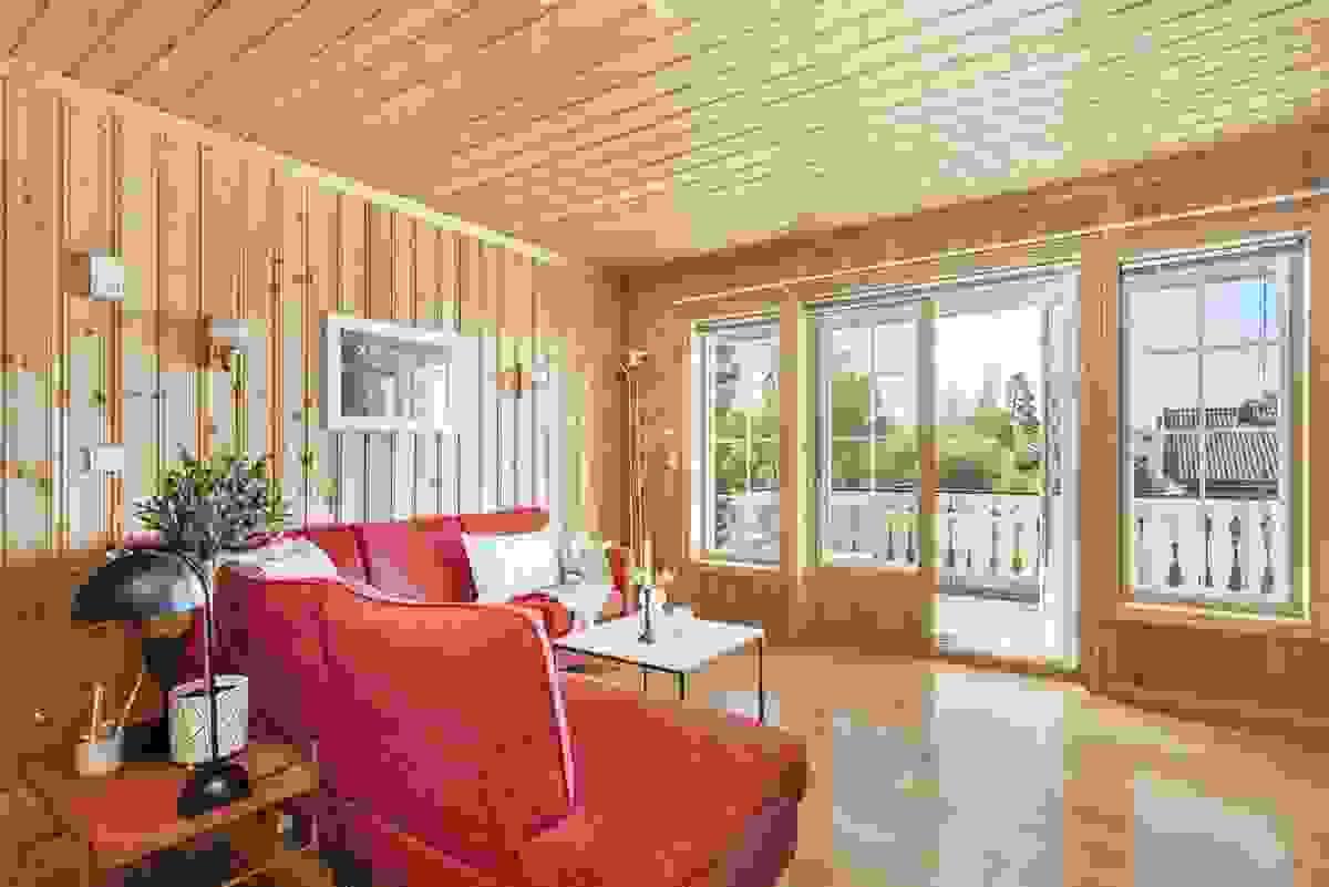 TV-/loftsstuen i 2. etasje med 2-fløyet balkongdør og sidevinduer