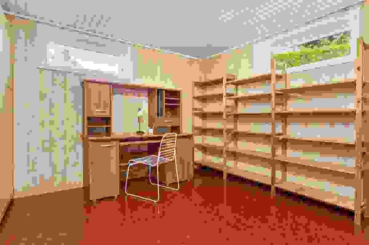Kontor/gjesterom/hobbyrom i underetasjen med god plass og garderobe