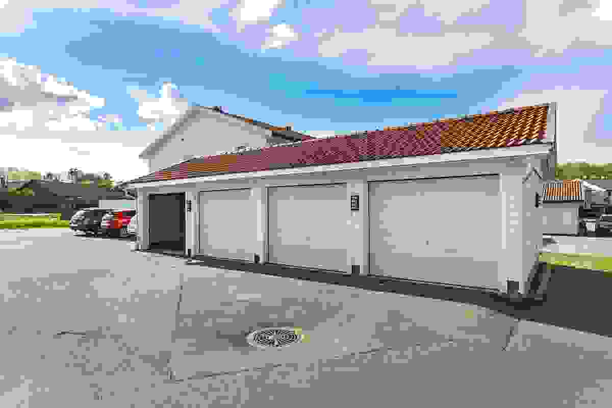 Man parkerer lettvint i garasje med portåpner