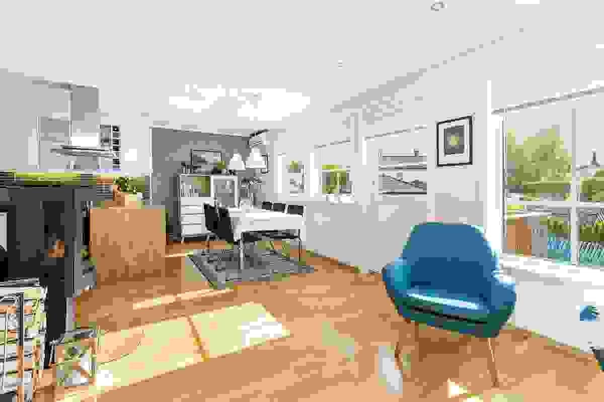 Stue rommer både en lun sofakrok, en stor spisestue og lys lesekrok