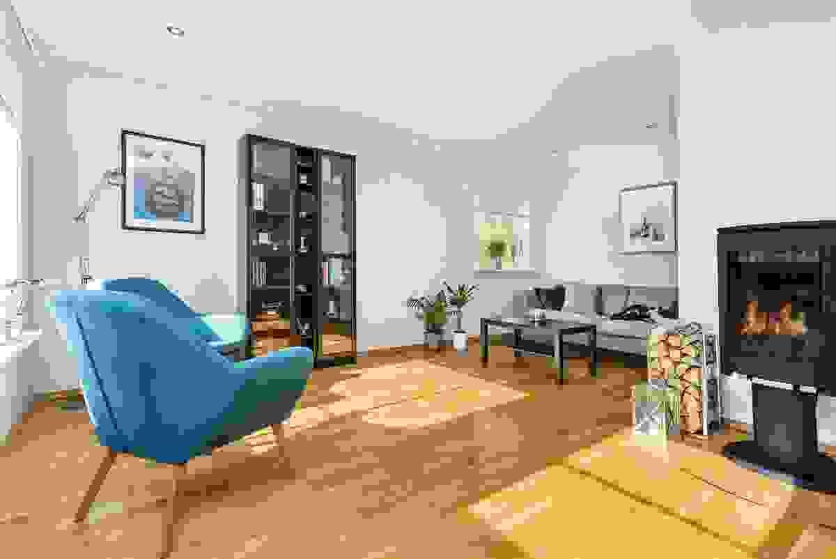 En peisovn står sentralt plassert og gir god varme til hele rommet
