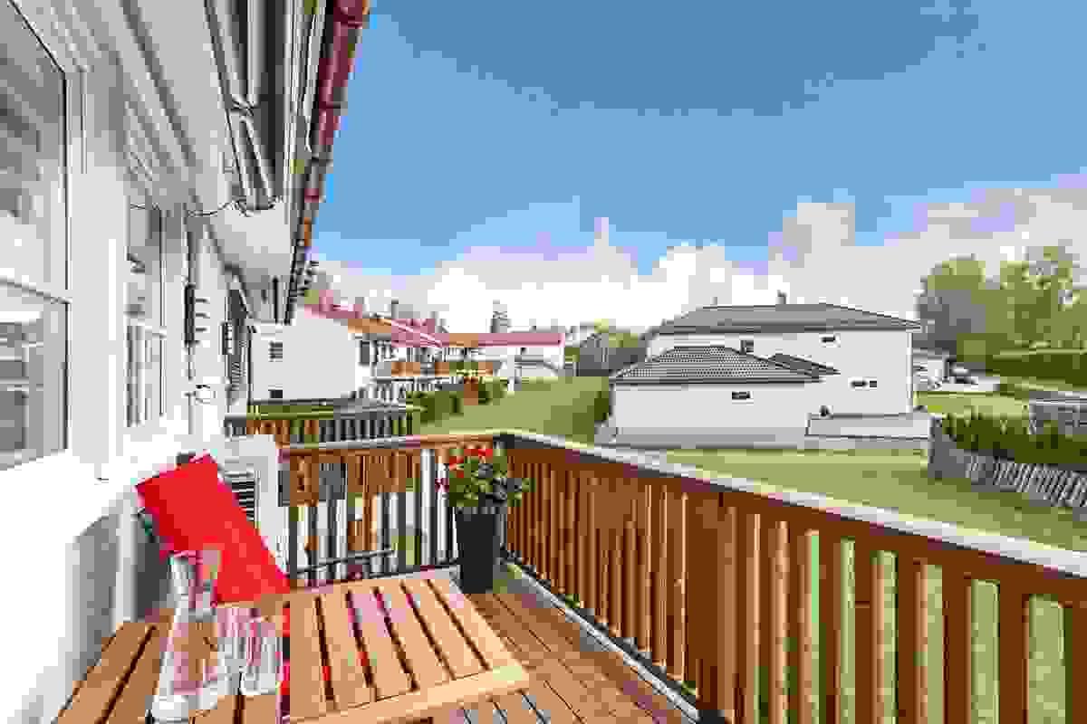 Fra stuen er utgang til en sjeldent luftig balkong