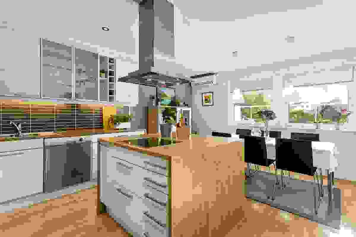 Kjøkkenet er både stilig og praktisk