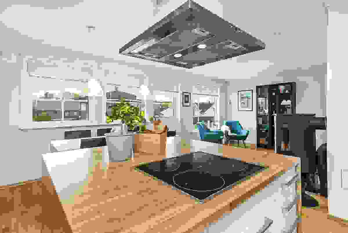 En stor kjøkkenøy er perfekt for tilberedning av mat