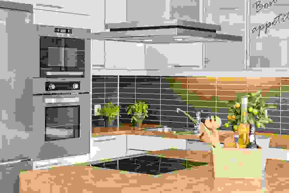 Alt av hvitevarer er integrerte; oppvaskmaskin, induksjonstopp, stekeovn, mikro og kjøleskap/fryser
