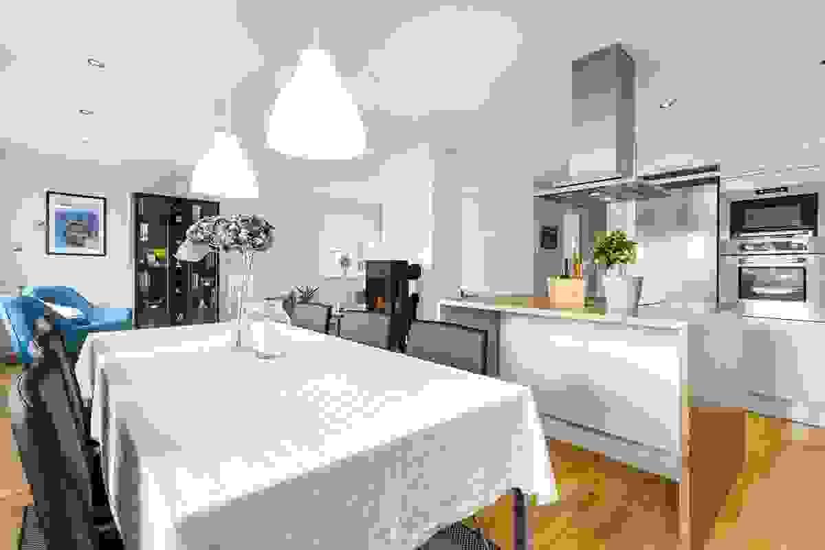 Det er fin kontakt mellom de ulike sonene i kjøkken og stue