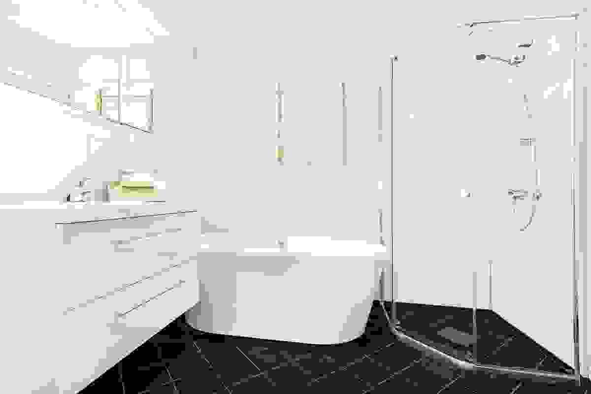 Badet som ble pusset opp i 2018 er lekkert innredet i hvitt og sort