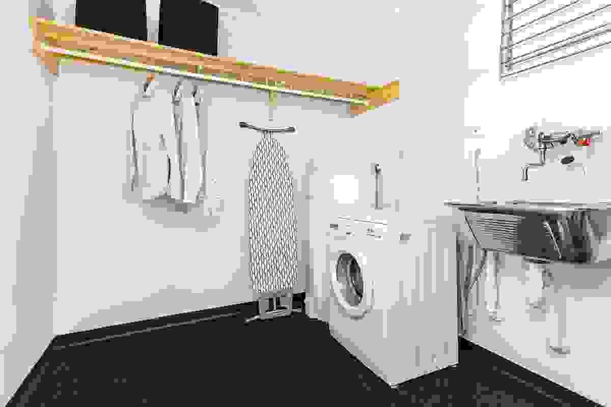 Et supert vaskerom med opplegg for vaskemaskin, varmtvannsbereder og utslagsvask