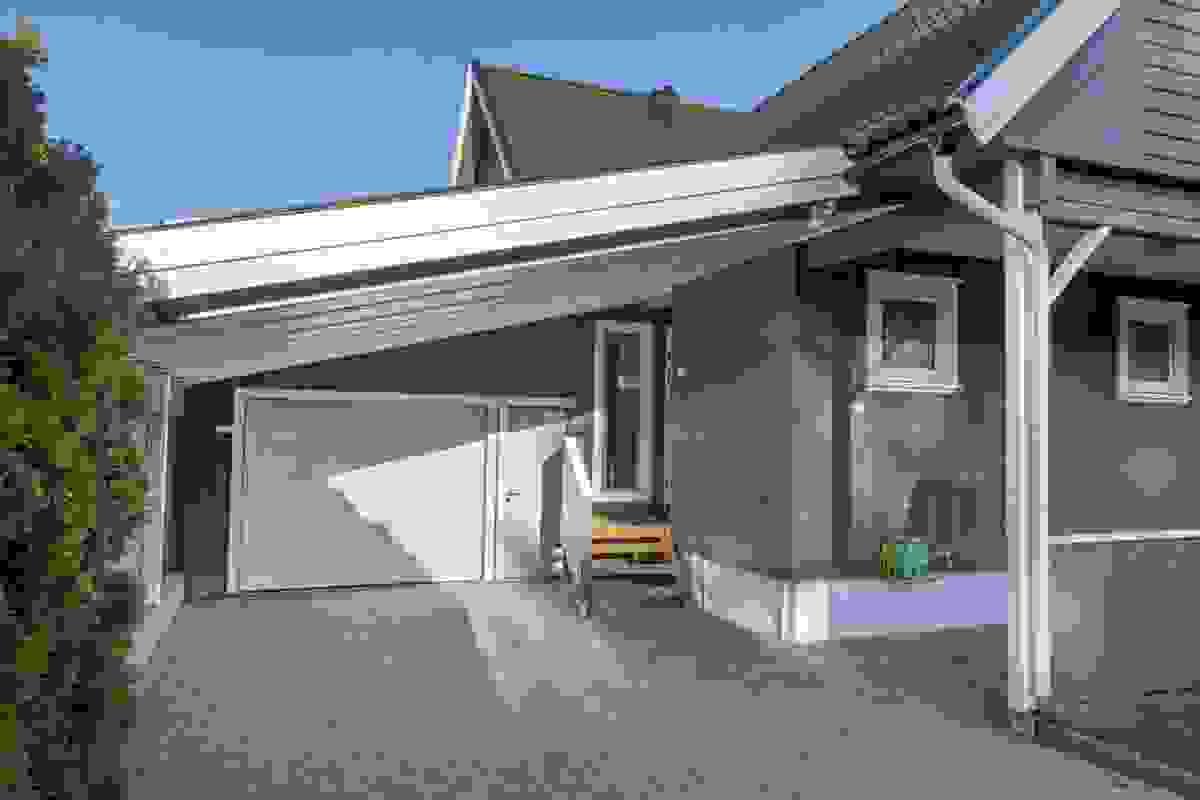 Tilbygget garasje (isolert på ca. 41 m²) og carport fra 2003