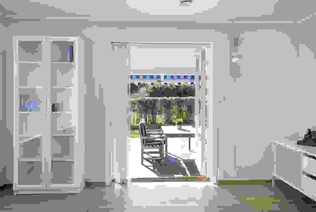 Den 2-fløyede verandadøren i stuen i 1. etasje tar deg ut til hagen og terrassen.
