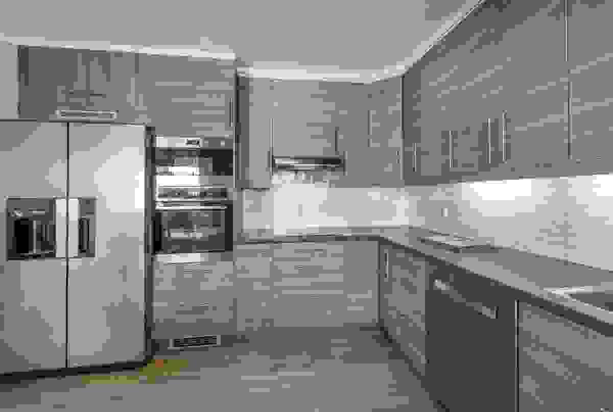 Kjøkkenet ligger flott plassert mellom hjemmets spisestue og hovedstue