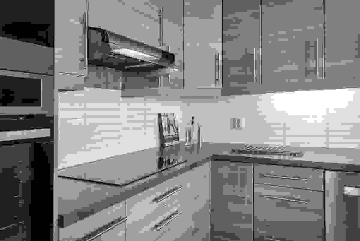 Huset er innredet med ny kjøkkeninnredning fra 2014, pent tilpasset rommet og boligens lune interiørfarger