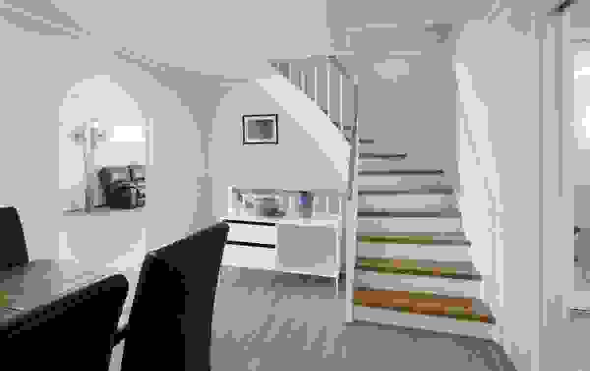 Spisestuen er sentralt plassert i åpen løsning med trappen til husets øvrige etasjer