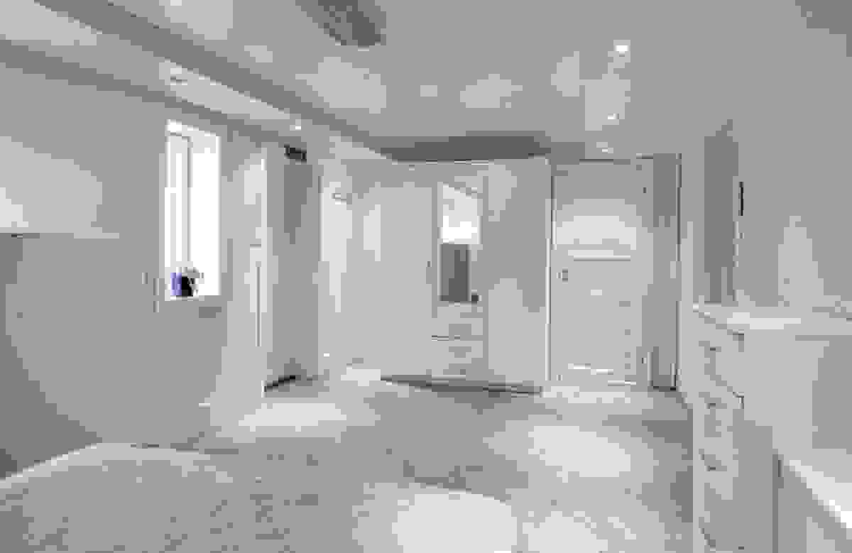 Det store soverommet, med dør og 1 vindue ut til hagen i øst, er digert og kan hvis ønskelig inndeles med separat gang