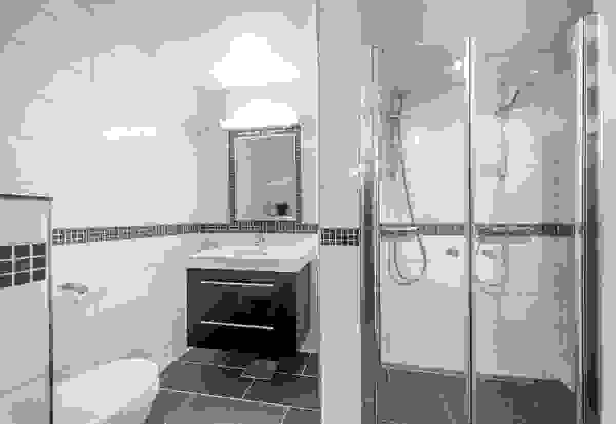 Hjemmets nyeste baderom ligger i den lyse og innbydende underetasjen