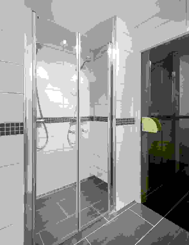 Dusjnisje m/dobbeltdusj i nisje m/inngang fra herdede glassdører på badet i underetasjen