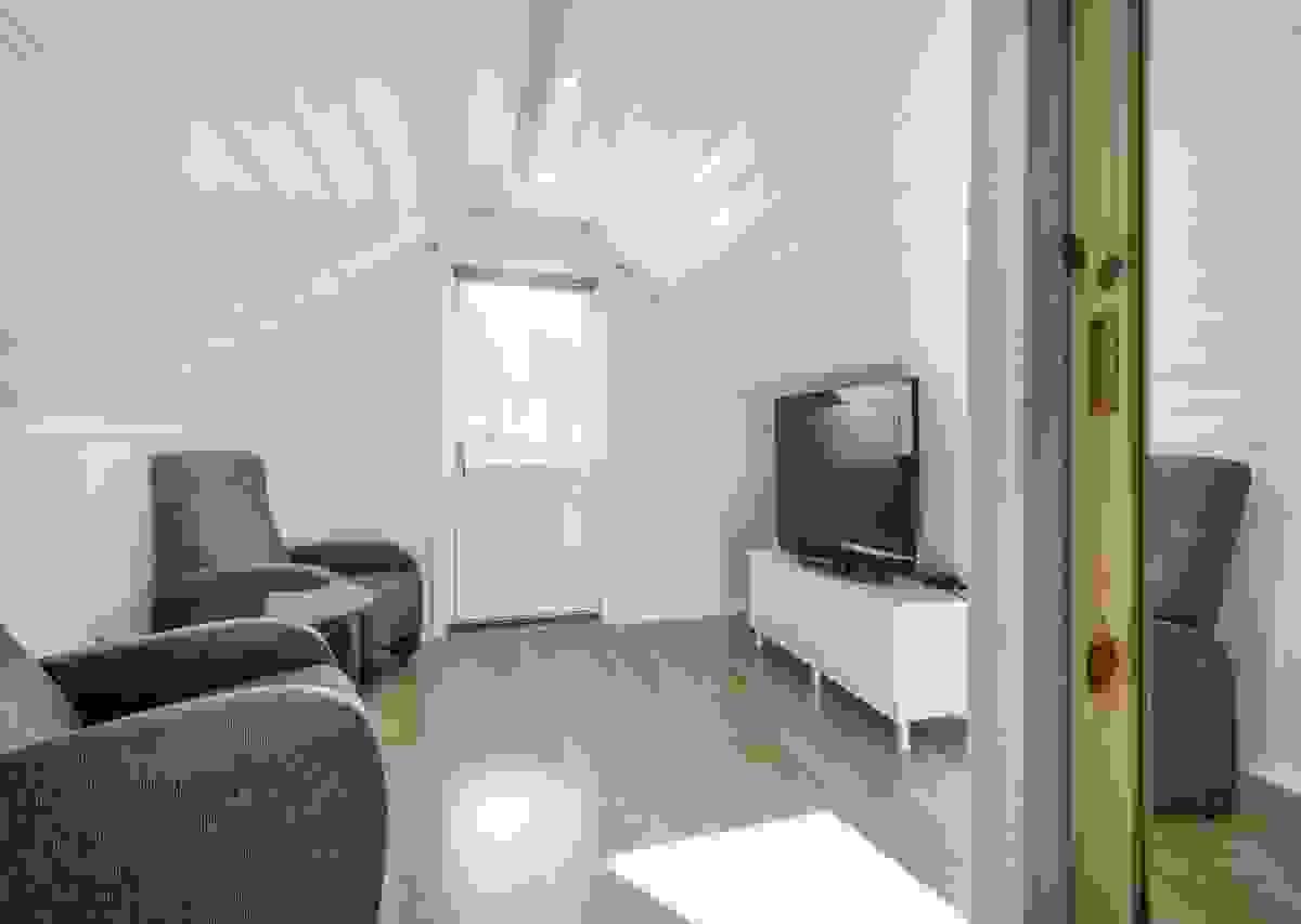 Det fjerde soverommet i 2. etasje, mot vest, benyttes i dag av eier som TV-stue